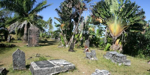 Madagascar - Ile Sainte Marie (Nosy Boraha) - Pirates Cemetery - By JialiangGao www.peace-on-earth.org [GFDL (http://www.gnu.org/copyleft/fdl.html) or CC BY-SA 4.0  (https://creativecommons.org/licenses/by-sa/4.0)]