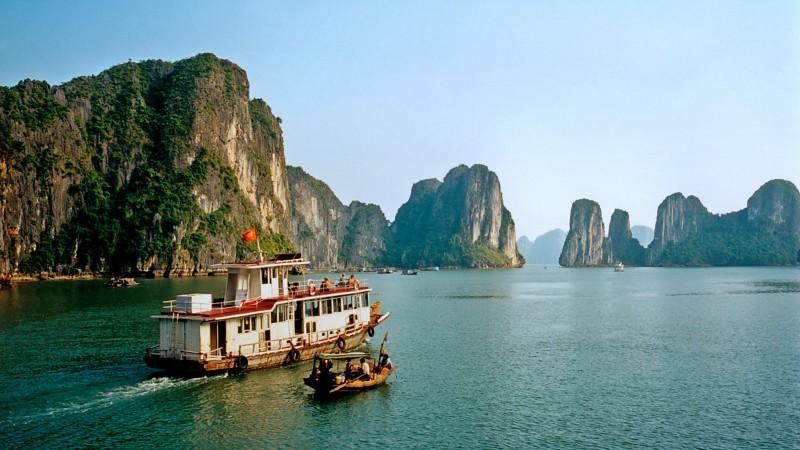 cruise_boats,_halong_bay[1]